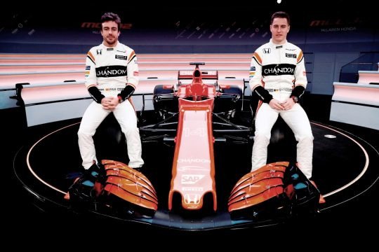 Fernando Alonso e Stoffel Vandoorne durante apresenta??o do carro na sede da McLaren. Foto: McLaren