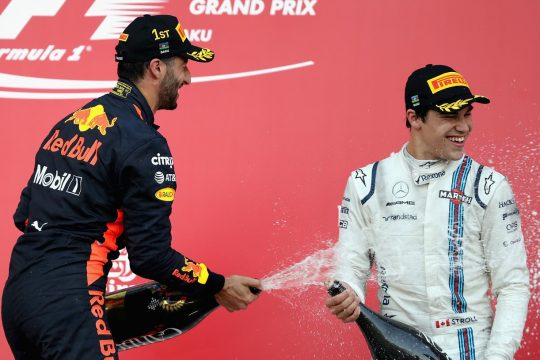 Daniel Ricciardo faz festa para Lance Stroll que conquistou por m?rito o seu primeiro p?dio. Foto: Mark Thompson/Getty Images)