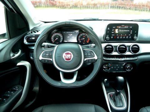 Painel completo é um dos atrativos do Fiat Argo. Central multimídia está bem localizada e facilita a visibilidade para o motorista. Foto: Amauri Yamazaki