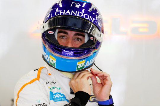 Logo após a largada a McLaren de Alonso foi tocada pelo carro Foto: Steven Tee/McLaren ref: Digital Image _2ST0770