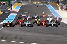 LE CASTELLET, FRANCE - JUNE 24:  Lewis Hamilton of Great Britain driving the (44) Mercedes AMG Petronas F1 Team Mercedes WO9, Valtteri Bottas driving the (77) Mercedes AMG Petronas F1 Team Mercedes WO9, Max Verstappen of the Netherlands driving the (33) Aston Martin Red Bull Racing RB14 TAG Heuer and the rest of the field race towards the first corner during the Formula One Grand Prix of France at Circuit Paul Ricard on June 24, 2018 in Le Castellet, France.  (Photo by Mark Thompson/Getty Images)