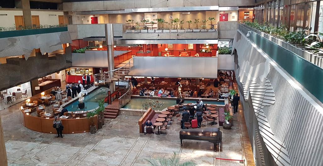 O lobby do Maksoud Plaza é um dos destaques do hotel. Divulgação
