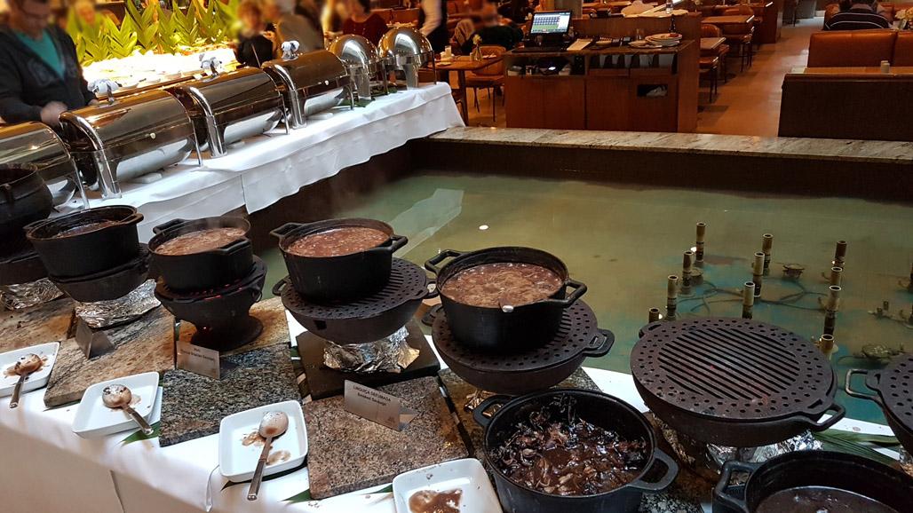 Buffet de feijoada inclui sobremesa. Divulgação