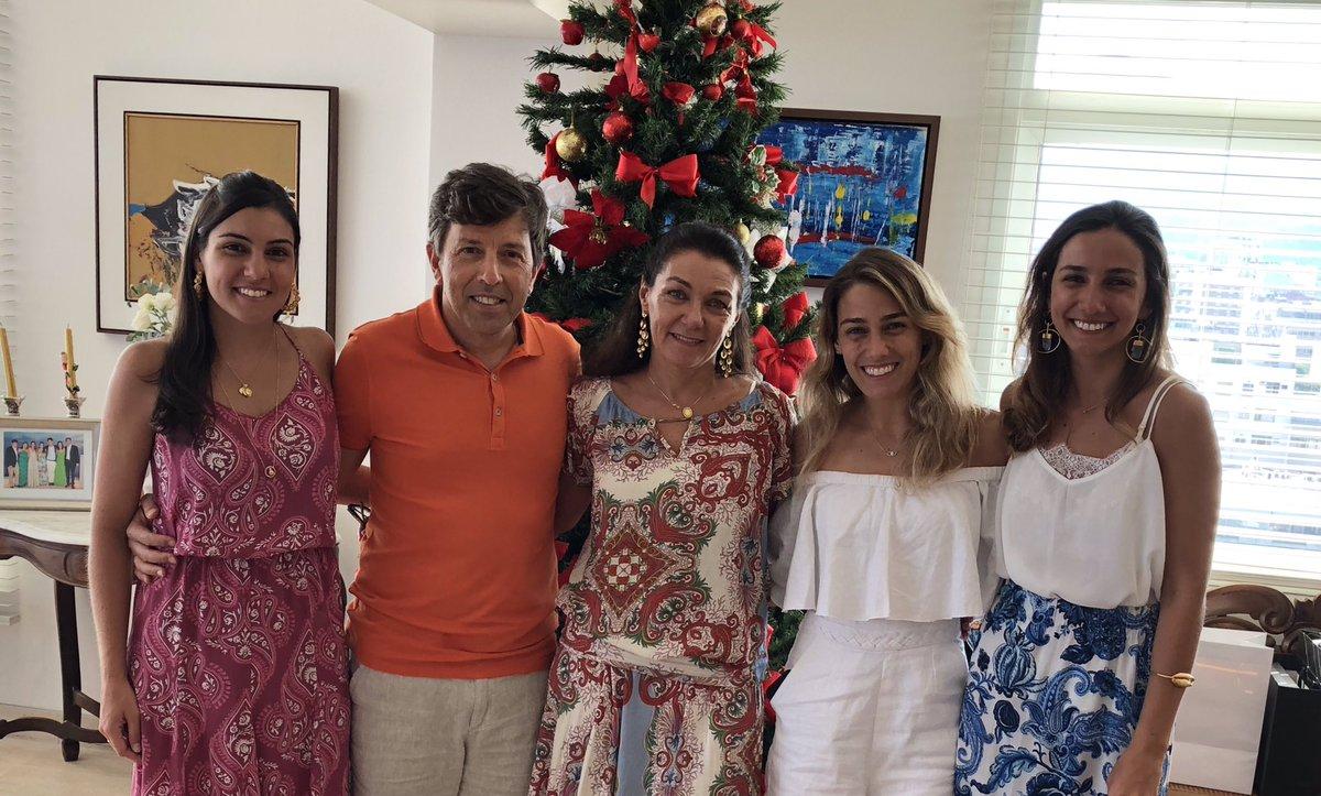 João Amoedo com a esposa e as três filhas. Foto: Divugação